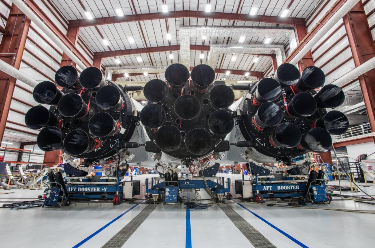 Компания SpaceX показала ракету Falcon Heavy