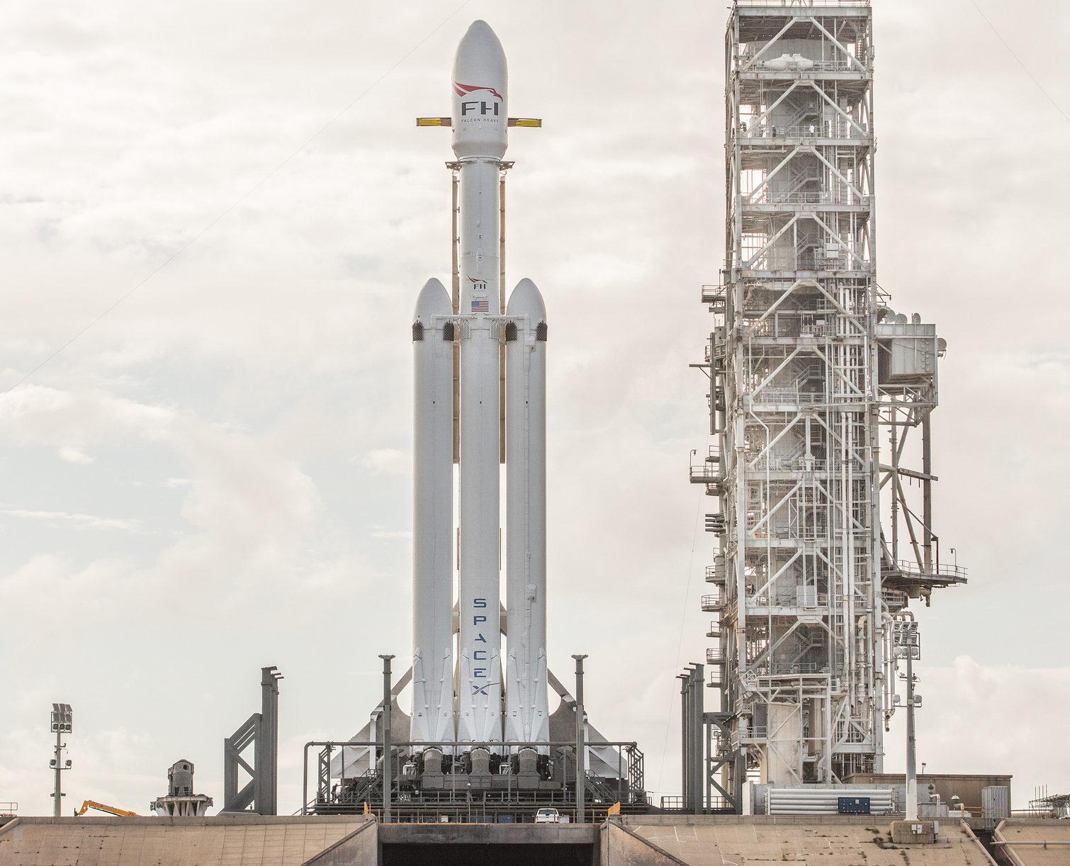 SpaceX удачно проверила двигатели самой сильной ракеты вмире