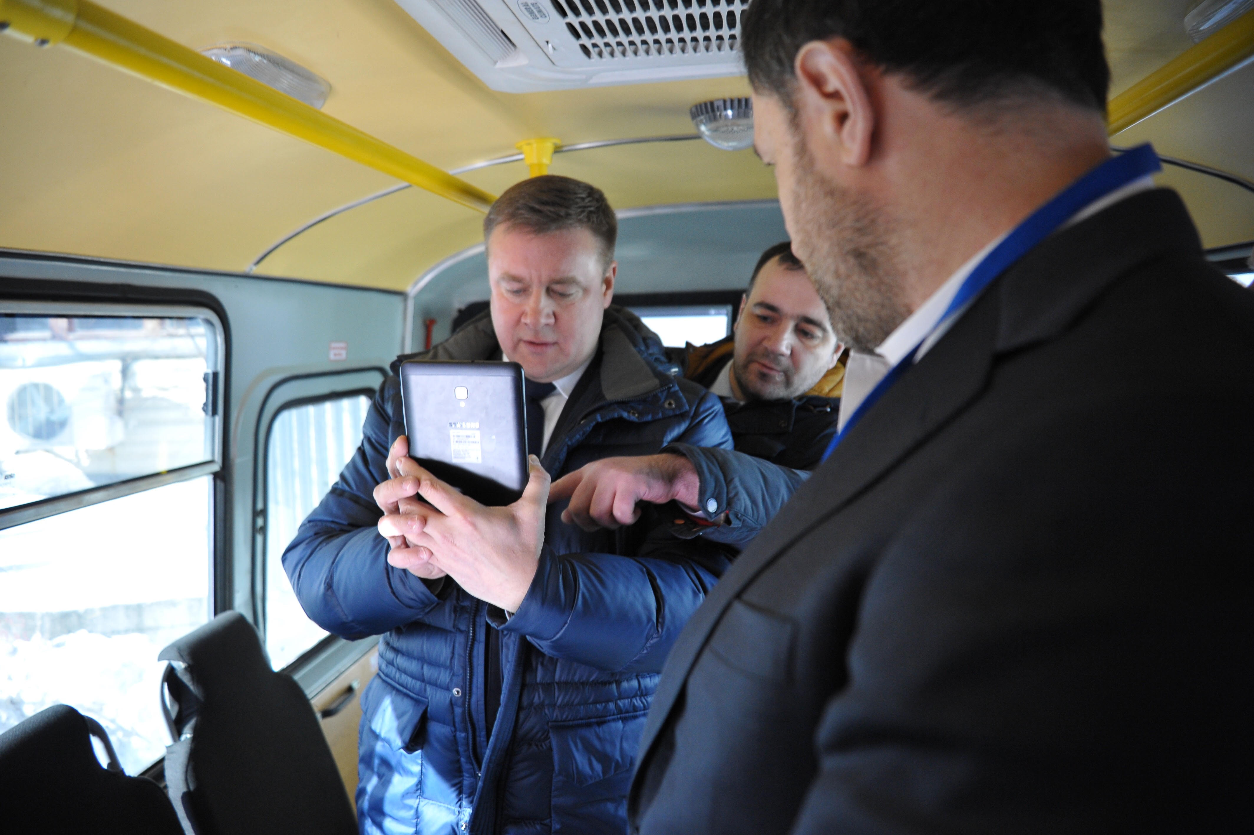 Губернатор Любимов тестирует портативное устройство для распознавания лиц / Фото: NtechLab